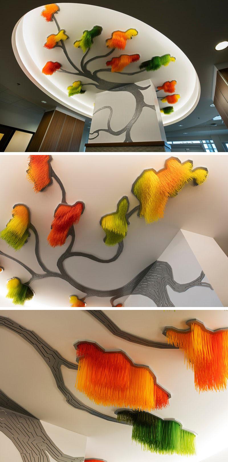 L'artiste Elisabeth Picard a créé cette grande installation d'art moderne en forme d'arbre composée de tirants teints, d'aluminium peint et de projecteurs à LED.  La pièce porte le nom «Sous le grand arbre: racine, feuille et fleur», qui se traduit par «Sous le grand arbre: racine, feuille et fleur».