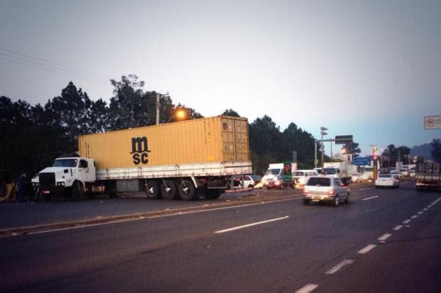 Acidente entre caminhões bloqueia pista da ERS-240 Mateus Ferraz/Agencia RBS