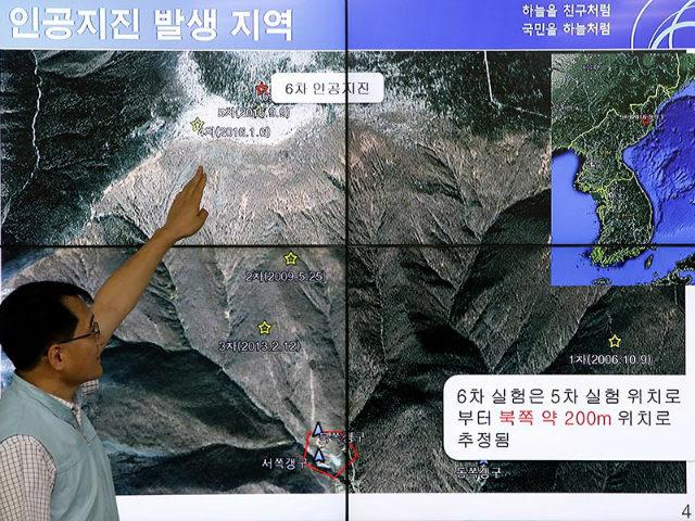 Ένας Νότιας Κορέας επιστήμονας δείχνει σεισμικά κύματα που λαμβάνουν χώρα στη Βόρεια Κορέα σε μια οθόνη στο Κέντρο Κορεατικής Μετεωρολογικής Διοίκησης στις 3 Σεπτεμβρίου 2017 στη Σεούλ.  Περισσότεροι από 200 άνθρωποι πιστεύεται ότι έχουν πεθάνει σε υπόγειες σήραγγες μετά από κατάρρευση στη πυρηνική εγκατάσταση Punggye-ri της Βόρειας Κορέας.  ΧΟΥΝΓΚ ΣΟΥΝΤ-ΙΟΥΝ / GETTY ΕΙΚΟΝΕΣ