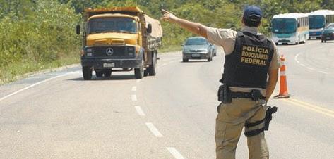 PRF restringe tráfego de caminhões em rodovias durante feriados