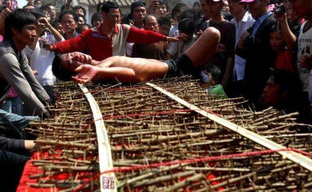 Weird Asian ritual (13 photos)