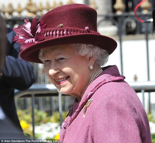 86902da3ae220 حرصت الملكة إليزابيث الثانية ملكة بريطانيا على ارتداء نفس المعطف في  المناسبات العامة منذ أكثر من خمس سنوات وخلال أكثر من 12 مناسبة عامة، وغالبا  ما ترتدي معه ...