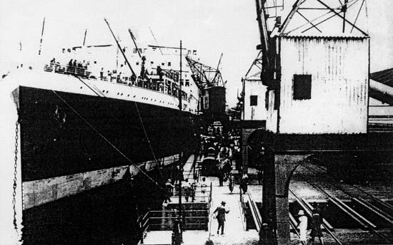 O transatlântico inglês 'Asturias' atracado em Santos, no cais do Armazém 16 (Bagagem) nos anos 20/30