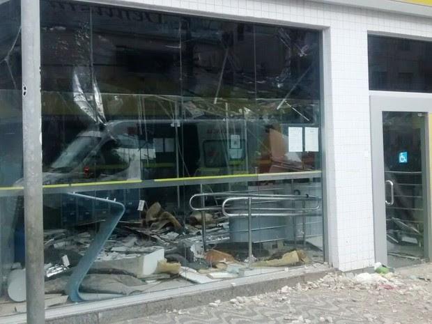 Parte da agência ficou destruída após acidente em Praia Grande (Foto: Erico Lafranchi/G1)