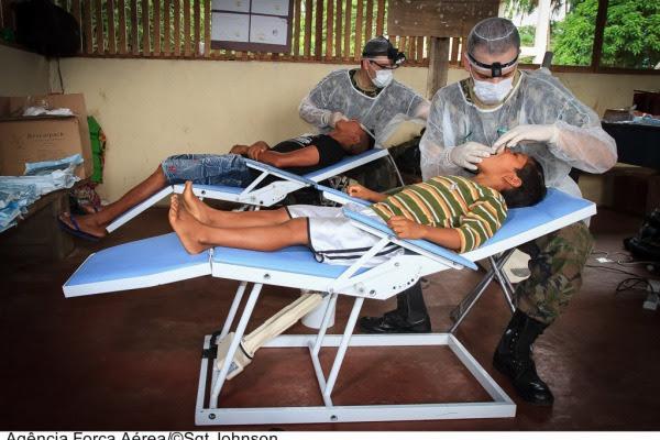 Dentistas atendem indígenas em cadeiras móveis  Sgt Johnson