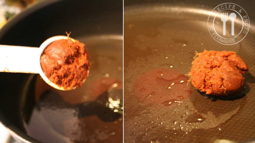 Verhit de olie in een pan en voeg rode curry pasta toe
