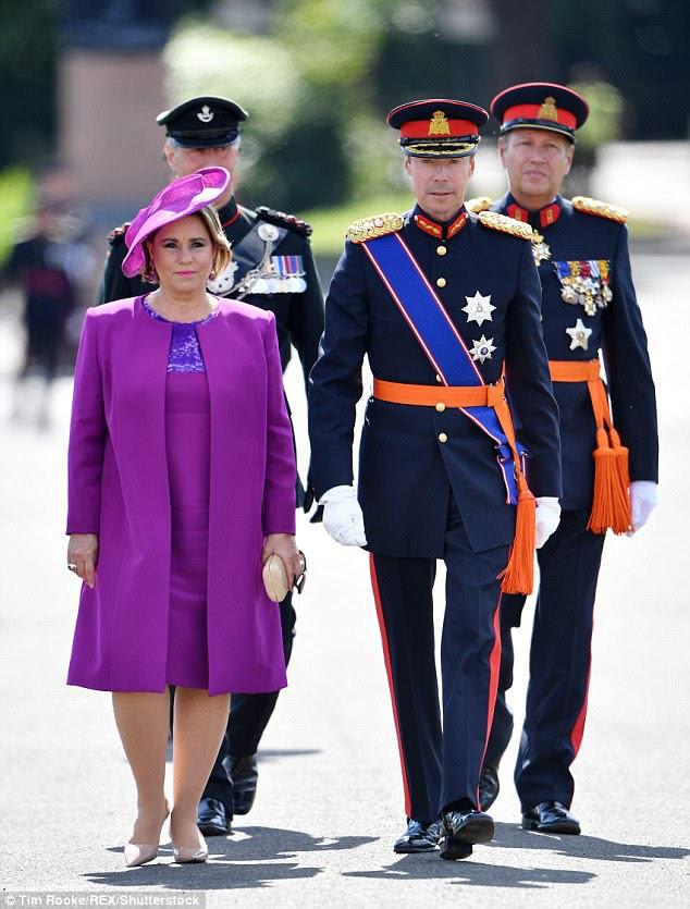 A Grã-Duquesa Maria Teresa do Luxemburgo ficou repleta de púrpura quando acompanhou o Grande Duque Henri do Luxemburgo para assistir seu filho se formar