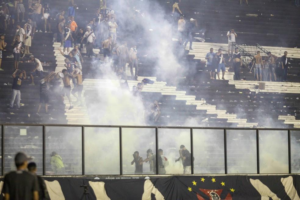 Confronto entre torcedores e polícia após jogo em São Januário (Foto: ANTONIO MARCOS/PHOTOPRESS/ESTADÃO CONTEÚDO)