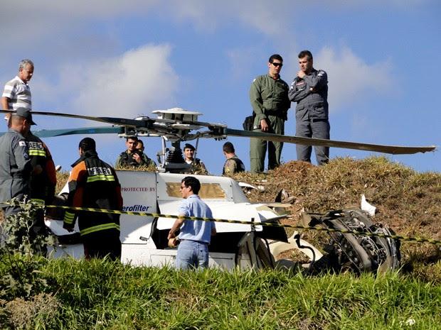 Helicóptero cai na cabeceira da pista do Aeroporto Carlos Prates, em Belo Horizonte (Foto: Carolina Farah / G1)