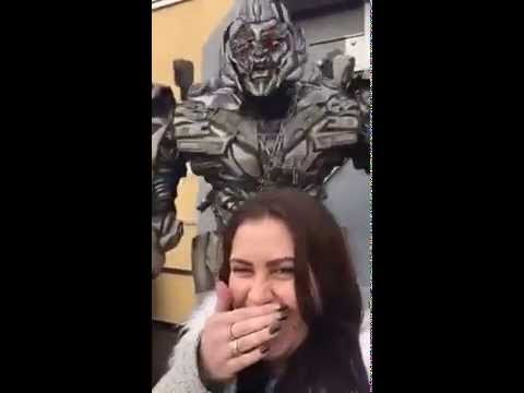 Megatron Unleashes a Hilarious Nonstop Rant at a Woman Taking a Selfie at Universal Studios Hollywood