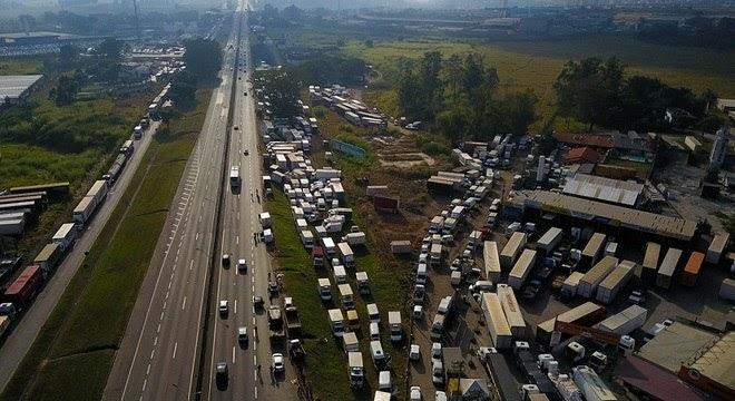 TENSÃO - Em greve pelo 4º dia, caminhoneiros ameaçam: 'Amanhã vai virar o caos'