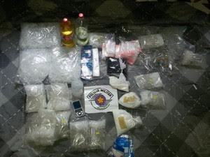 Homem é preso e adolescente detida por tráfico de drogas em São José (Foto: Divulgação/Polícia Militar)