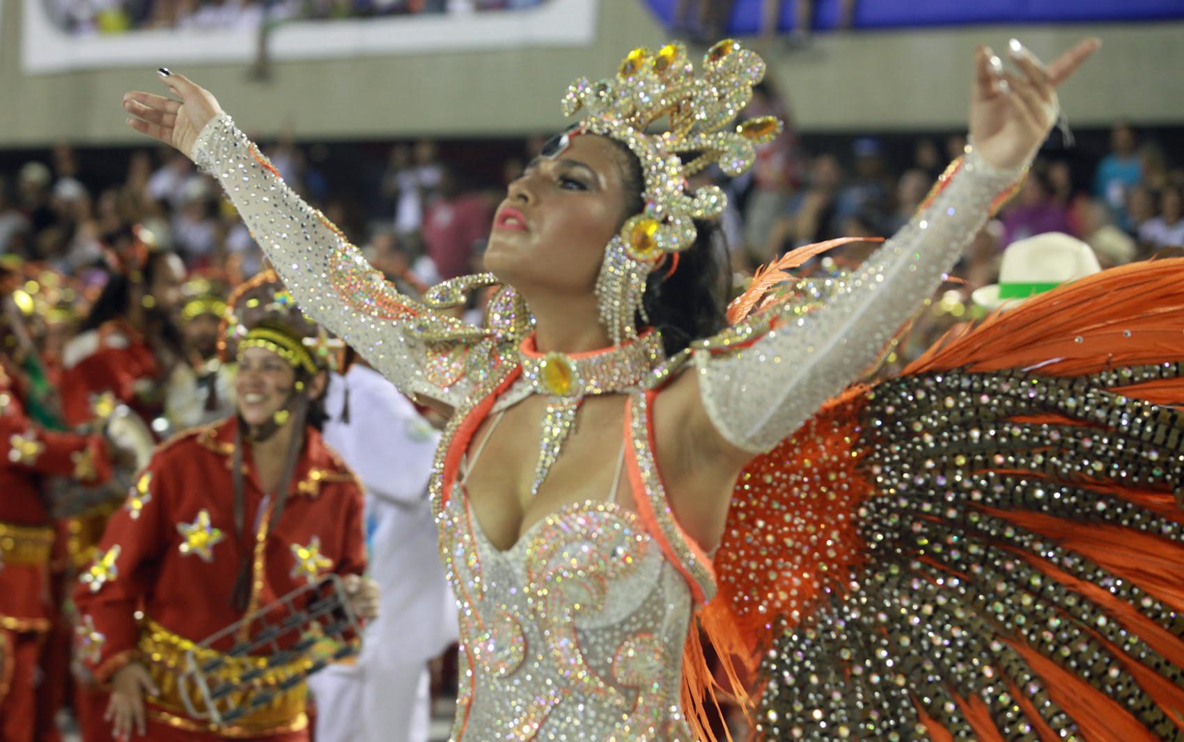 Larissa Nicolau, destaque da Acadêmicos de Santa Cruz canta samba da escola na avenida