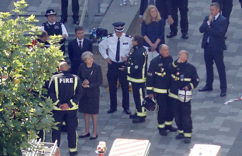 Primeira-ministra britânica, Theresa May, visitou nesta quinta-feira (15) Grenfell Tower, que foi destruída por um incêndio de grandes proporções  (Foto: Peter Nicholls/ Reuters)