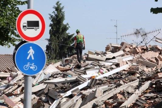 Συγκλονιστικό βίντεο με σπίτι που καταρρέει από τον σεισμό στην Ιταλία....