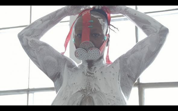 Frame do vídeo 'merci beaucoup, blanc', de Musa Michelle Mattiuzzi