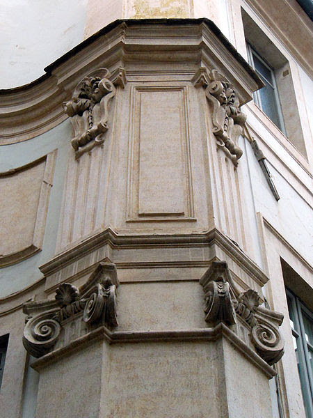 File:RomaSMariaCMarzioCortile5(part).jpg