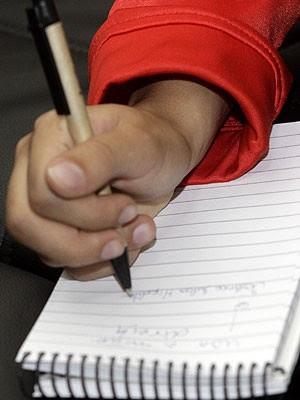 Verônica Hipólito tem dificuldades em escrever à mão (Foto: Fernando Nonato/G1)