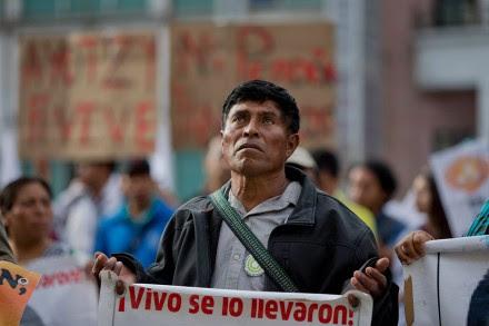 Padres de los 43 exigen a televisoras no 'satanizar' reclamo por Ayotzinapa. Foto: AP / Eduardo Verdugo