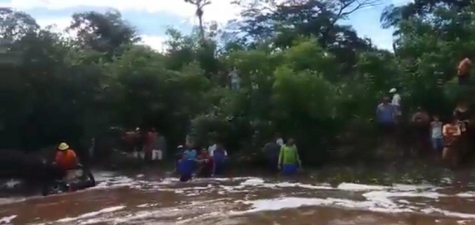Resultado de imagem para CARRO ARRASTADO EM DOMINGOS MOURÃO DUAS PESSOAS MORTAS