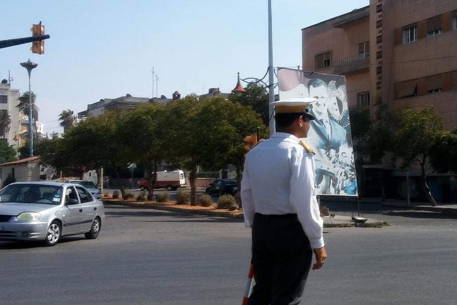En las ciudades se ven cada vez menos militares y más policías nacionales y de tráfico, como en esta rotonda de Homs (Foto: Pablo Sapag M.)