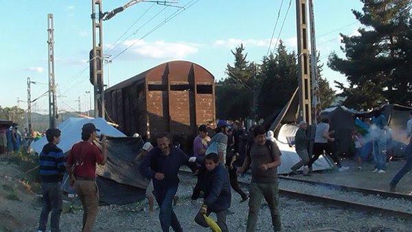 Ειδομένη ώρα μηδέν: «Καζάνι» που βράζει ο καταυλισμός – Φωτιές και συγκρούσεις με την Αστυνομία λίγο πριν την γενικευμένη εξέγερση – Αποκλειστικές εικόνες (vid) - Εικόνα19