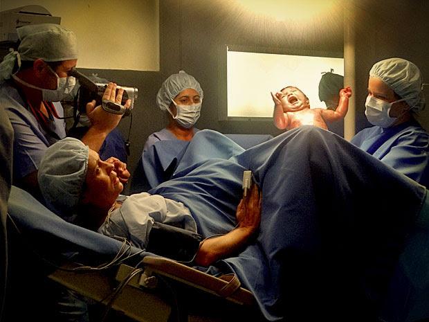 Carminha dá a luz uma menina e Tufão filma todo o parto (Foto: Avenida Brasil/ TV Globo)