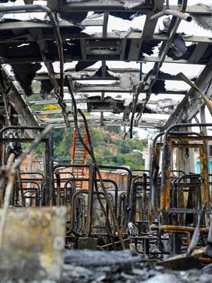 Ônibus ficou completamente destruído após ataque de vândalos na Zona Norte (Foto: Leandro Martins/Futura Press/Estadão Conteúdo)
