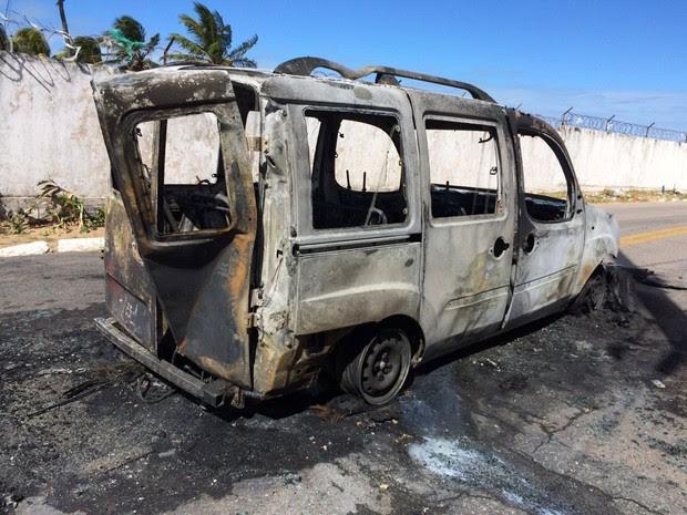 Carro da Urbana foi incendiado durante ataque no bairro de Mãe Luíza, na Zona Leste de Natal (Foto: Michelle Rincon/ Inter TV Cabugi)