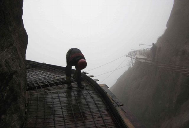 Insane Chinese Workers Risk Life