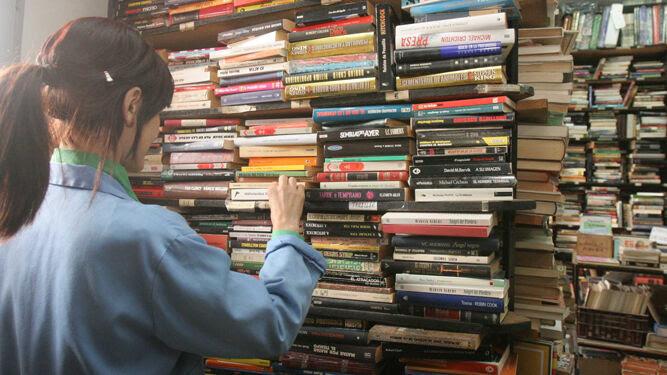 Una lectora busca ejemplares en una librería.