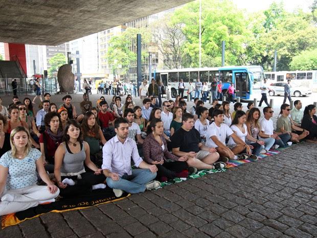 Pessoas participam de meditação coletiva no vão do Masp (Foto: André Lessa/AE)
