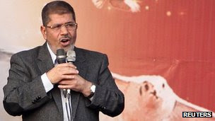 Egypt's President Mohammed Mursi speaks to supporters in front of the presidential palace in Cairo (23 Nov 2012)