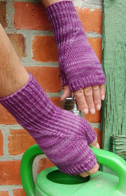 Hidden gusset mitts and gloves : Knitty First Fall 2014