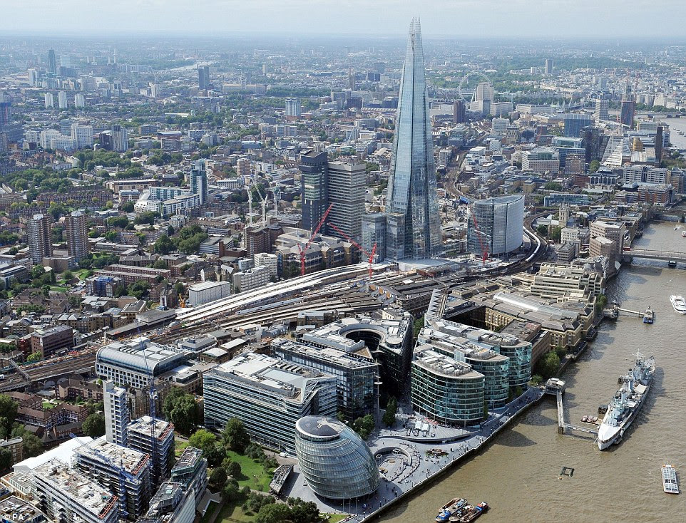 Μια άποψη του σταθμού Shard London Bridge και με τις υπάρχουσες πλατφόρμες (δεξιά) και οι νέες πλατφόρμες (αριστερά), υπό κατασκευή, στο πλαίσιο του Thameslink σιδηροδρομικό έργο £ 6.500.000.000