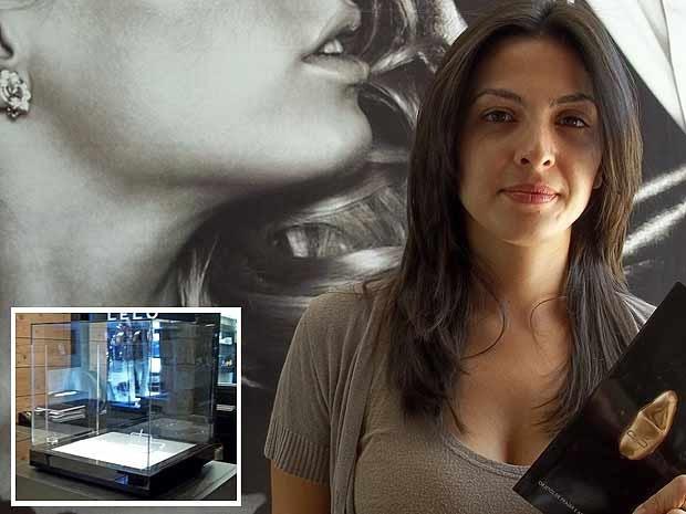 Vanessa Baldini, dona de sex shop em Brasília, mostra foto do vibrador folheado a ouro roubado da loja dela; no destaque, caixa de vidro onde o objeto era guardado (Foto: Rafaelo Céo/G1)