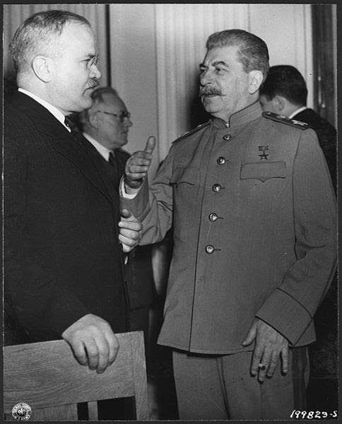 File:Russian Premier Stalin talks with gestures to his Foreign Minister Molotov at the Palace, Yalta, Crimea, Russia. - NARA - 197000.jpg