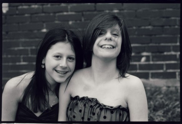 Carly e sua irmã gêmea. Foto: carlyscafe.com