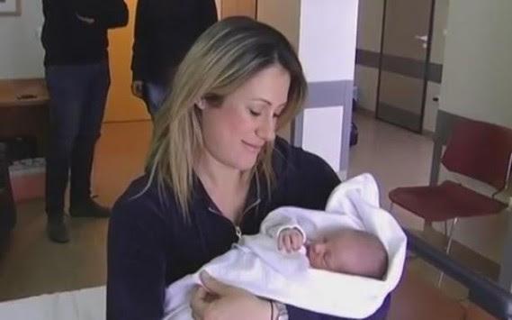 Αγοράκι το πρώτο μωρό του 2014 στο Ηράκλειο - ΒΙΝΤΕΟ