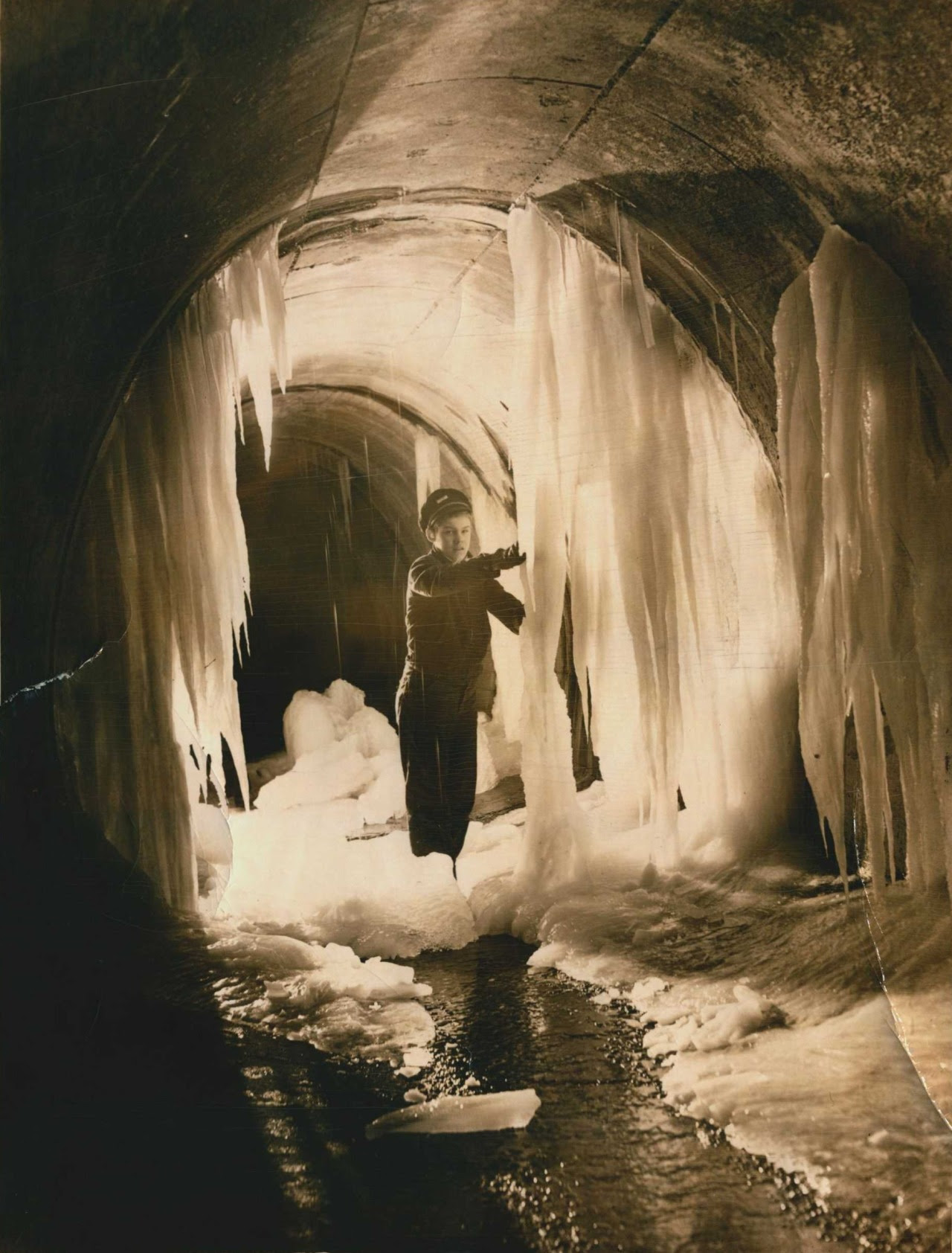 http://stuffaboutminneapolis.tumblr.com/post/135993657464/hclib-exploring-a-winter-wonderland-the-sewers