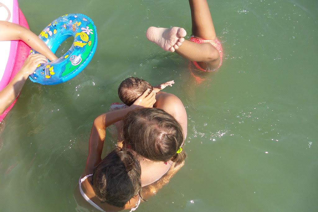 Mamma insegna come nuotare!