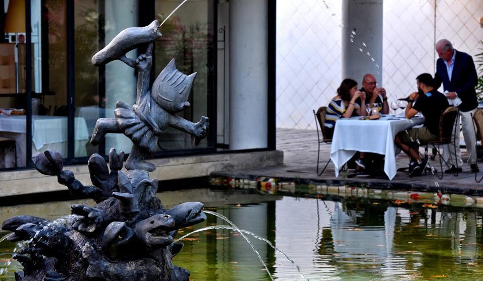 La única estatua de Cobi en Barcelona está en una terraza
