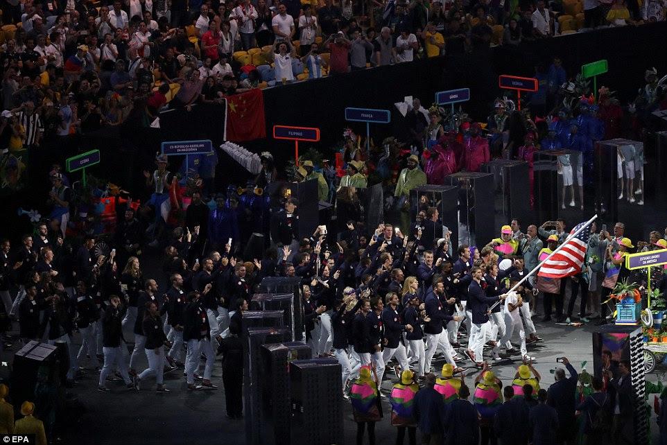 A equipe, vestindo o vermelho, branco e azul do seu pavilhão, marcharam no estádio durante a cerimônia