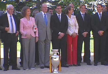 Los Reyes posan con la selección española.