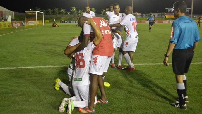 Álvaro comemora gol do América-RN (Foto: Jocaff Souza/GloboEsporte.com)
