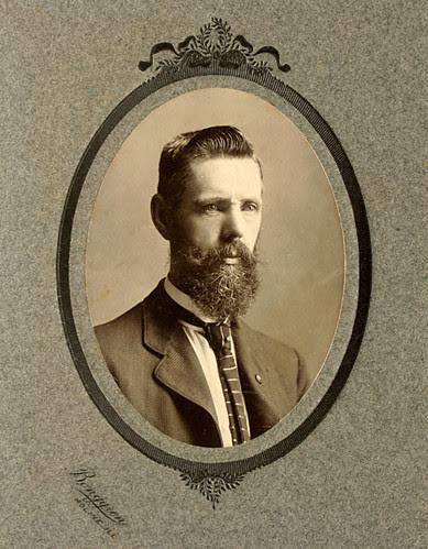 Bearded Man portrait. Oval framed. Cabinet card cdv. C. 1910 by El Photomatiko