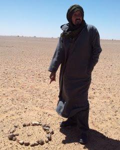 Un ex soldado del Polisario señala una mina antipersona en las cercanías del muro levantado por Marruecos.