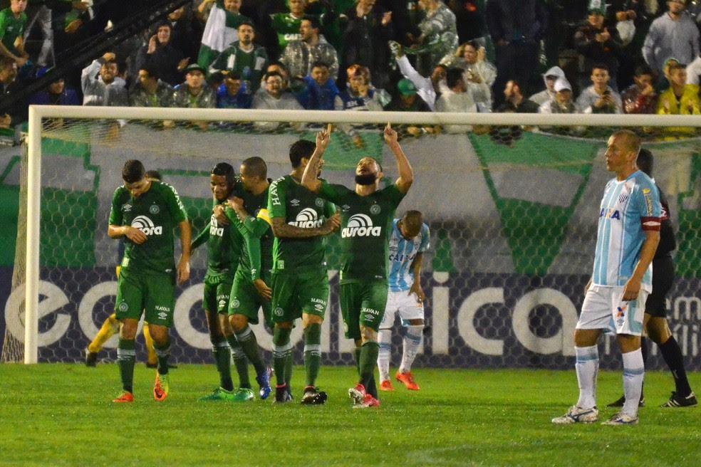 Mais festa: Chapecoense é líder do Brasileiro pela primeira vez (Foto: Futura Press)