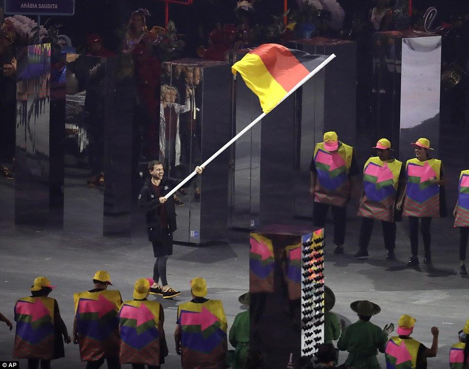 Timo Boll carrega a bandeira da Alemanha durante a cerimônia de abertura dos Jogos Olímpicos de 2016 no Rio de Janeiro