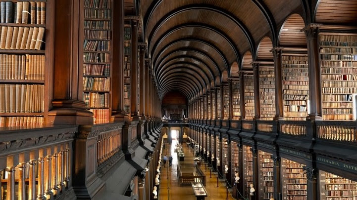 Long Room Old Library at Trinity College Dublin libreria Biblioteca 4